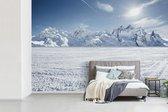 Fotobehang Sneeuw - Sneeuwlandschap voor  bergen in Zwitserland breedte 450 cm x hoogte 300 cm - Foto print op vinyl behang (in 7 formaten beschikbaar) - slaapkamer/woonkamer/kantoor