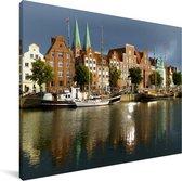 Duitse architectuur in Lübeck Canvas 80x60 cm - Foto print op Canvas schilderij (Wanddecoratie woonkamer / slaapkamer) / Europese steden Canvas Schilderijen
