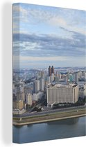 Skyline van de Noord-Koreaanse hoofdstad Pyongyang tijdens de ochtend Canvas 120x180 cm - Foto print op Canvas schilderij (Wanddecoratie woonkamer / slaapkamer) XXL / Groot formaat!