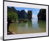 Foto in lijst - Groen water en groene natuur bij het Thaise Nationaal Park Ao Phang Nga fotolijst zwart met witte passe-partout 60x40 cm - Poster in lijst (Wanddecoratie woonkamer / slaapkamer)