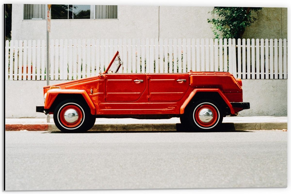 Dibond - Rode Auto in Straat  - 60x40cm Foto op Aluminium (Met Ophangsysteem)