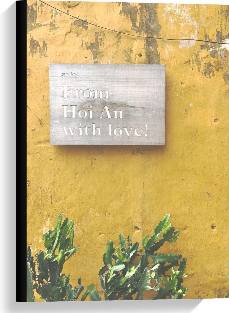 Canvas  - Houten Bordje tegen Gele Muur met Plantjes - 40x60cm Foto op Canvas Schilderij (Wanddecoratie op Canvas)