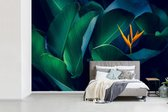 Fotobehang Abstracte Blaren - Tropische blaren met bloem breedte 390 cm x hoogte 260 cm - Foto print op vinyl behang (in 7 formaten beschikbaar) - slaapkamer/woonkamer/kantoor