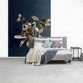 Fotobehang vinyl - Gouden bloem breedte 160 cm x hoogte 220 cm - Foto print op behang (in 7 formaten beschikbaar)