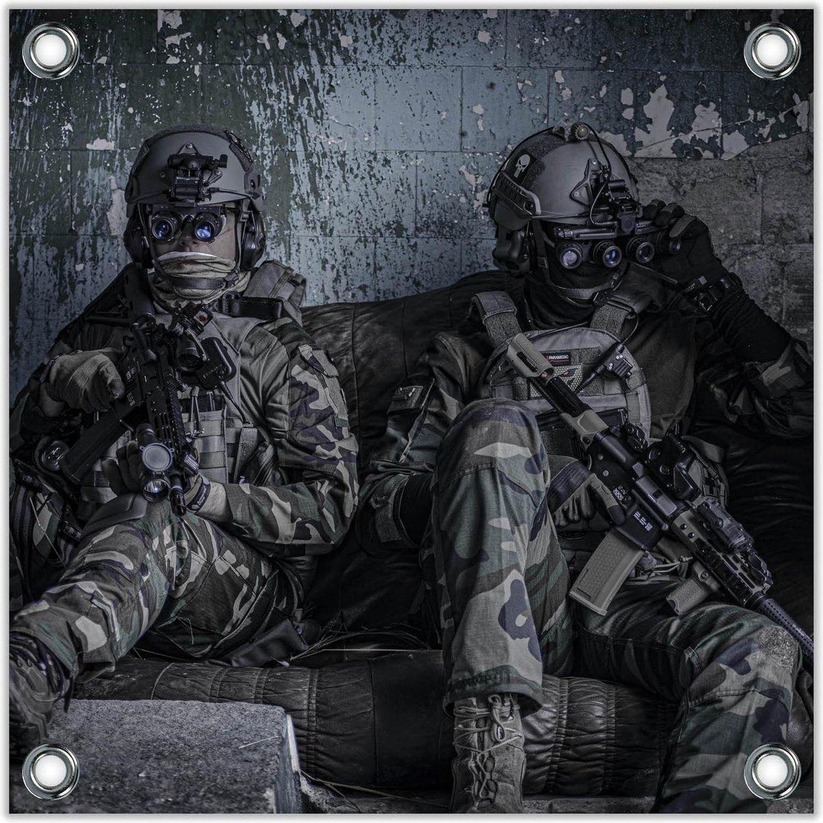 Tuinposter –Militairen in Donkere kelder– 100x100 Foto op Tuinposter (wanddecoratie voor buiten en binnen)