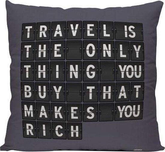 Travel Is The Only Thing You Buy - Sierkussen - 40 x 40 cm - Reis Quote - FlightBoard Stijl - Reizen / Vakantie - Reisliefhebbers - Voor op de bank/bed
