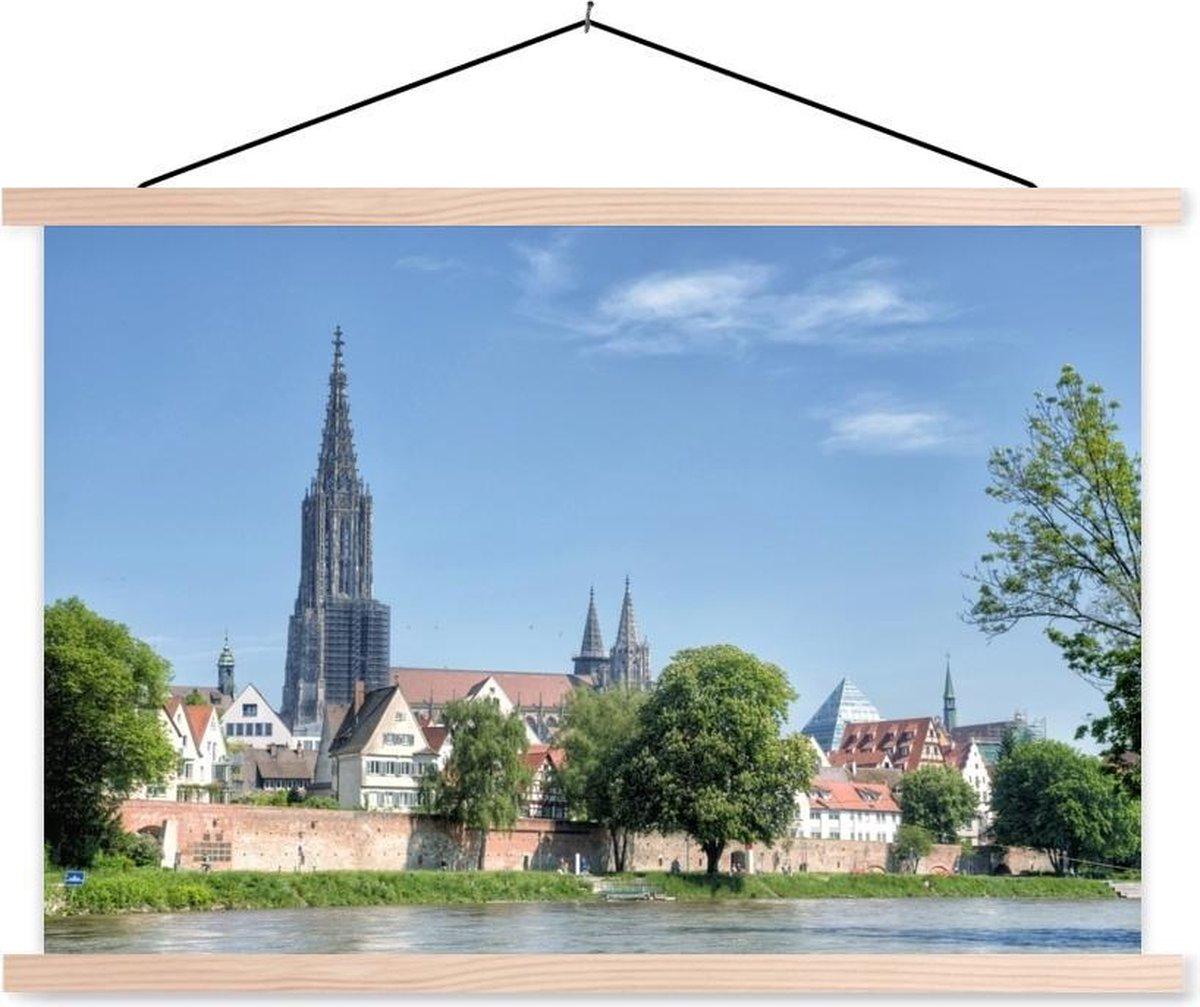 Munster van Ulm omringd met enkele bomen schoolplaat platte latten blank 120x80 cm - Foto print op textielposter (wanddecoratie woonkamer/slaapkamer)