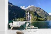 Fotobehang vinyl - Watervallen bij Nationaal park Fiordland in Nieuw-Zeeland breedte 525 cm x hoogte 350 cm - Foto print op behang (in 7 formaten beschikbaar)