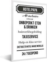 Foto in lijst - Origineel cadeau voor vader - Hotel Papa - cadeau papa met tekst fotolijst wit 40x60 cm - Poster in lijst (Wanddecoratie woonkamer / slaapkamer)