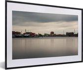Foto in lijst - Skyline van de Nederlandse stad Haarlem fotolijst zwart met witte passe-partout 60x40 cm - Poster in lijst (Wanddecoratie woonkamer / slaapkamer)