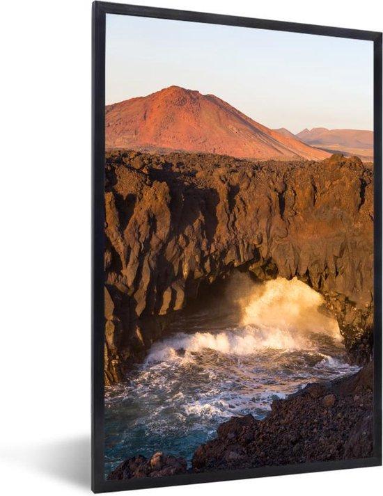 Foto in lijst - Vulkanische kliffen in het Nationaal park Timanfaya in Spanje fotolijst zwart 40x60 cm - Poster in lijst (Wanddecoratie woonkamer / slaapkamer)