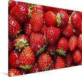Een hoopje aardbeien Canvas 140x90 cm - Foto print op Canvas schilderij (Wanddecoratie woonkamer / slaapkamer)