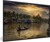 Foto in lijst - Boot in de Thu Bon-rivier bij Hoi An in Vietnam fotolijst zwart 60x40 cm - Poster in lijst (Wanddecoratie woonkamer / slaapkamer)