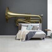 Fotobehang vinyl - Schitterende gouden trompet op een grijze achtergrond breedte 400 cm x hoogte 300 cm - Foto print op behang (in 7 formaten beschikbaar)