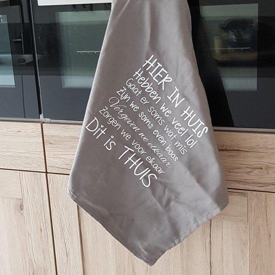 Theedoek met tekst bedrukt cadeau hier in dit huis iets anders dan wandbord of tekstbord grijs keukendoek ook als set