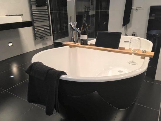 Houten Badplank Tuba (links) - Tablet houder - Boek houder - luxe badkamer product om te ontspannen - cadeau voor hem of haar - universeel - origineel cadeau voor Sinterklaas en Kerst