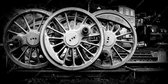 Stoom trein wielen in Nederland, de Veluwe in zwart wit | industrieel, staal, abstract, modern, sfeer | Foto schilderij print industrieel op canvas | 120x60cm