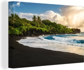 Canvas Schilderij Hawaii - Een zwart zandstrand van Hawaii canvas 2cm - 140x90 cm - Foto print op Canvas schilderij (wanddecoratie woonkamer / slaapkamer)