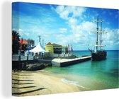 Zeilschepen leggen aan op het eiland Grand Cayman Canvas 120x80 cm - Foto print op Canvas schilderij (Wanddecoratie woonkamer / slaapkamer)