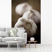 Fotobehang vinyl - Drie knoflookbollen achter elkaar breedte 180 cm x hoogte 270 cm - Foto print op behang (in 7 formaten beschikbaar)