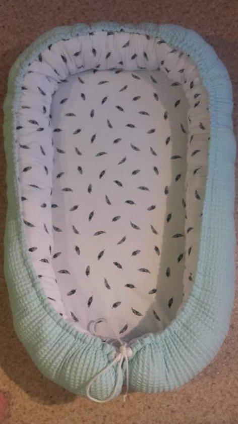 Babynestje (Mint groen  / wit met zwarte veertjes)