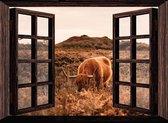 Tuindoek doorkijk door openslaand venster naar een bos met Schotse hooglander - 130x95 cm - Tuinposter - Tuinposter doorkijkje – Doorkijk tuinposter - Tuinposter doorkijk xxl – Tuinposter buiten met bomen, heide, natuur