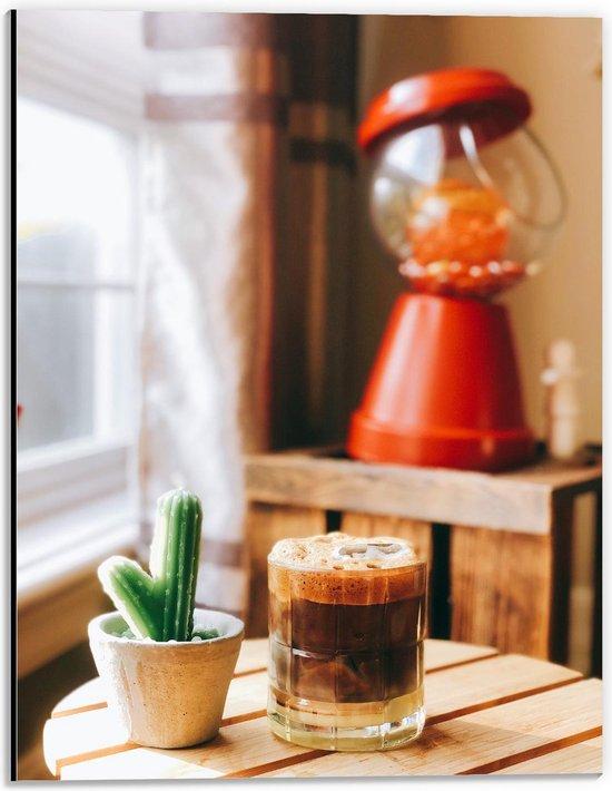 Dibond - Drankje + Cactus op Tafel  - 30x40cm Foto op Aluminium (Met Ophangsysteem)