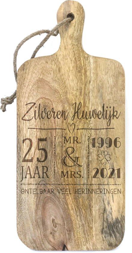 Stoer landelijk snijplankje-hapjesplankje met tekst gravure ZILVEREN HUWELIJK. Cadeau-25 jarige bruiloft-25 jarige trouwdag. Het formaat is 15x34cm incl. handvat en 15x27cm excl. handvat