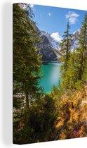 Canvas Schilderijen - Het meer Lago di Braies tussen de bomen - 20x30 cm - Wanddecoratie