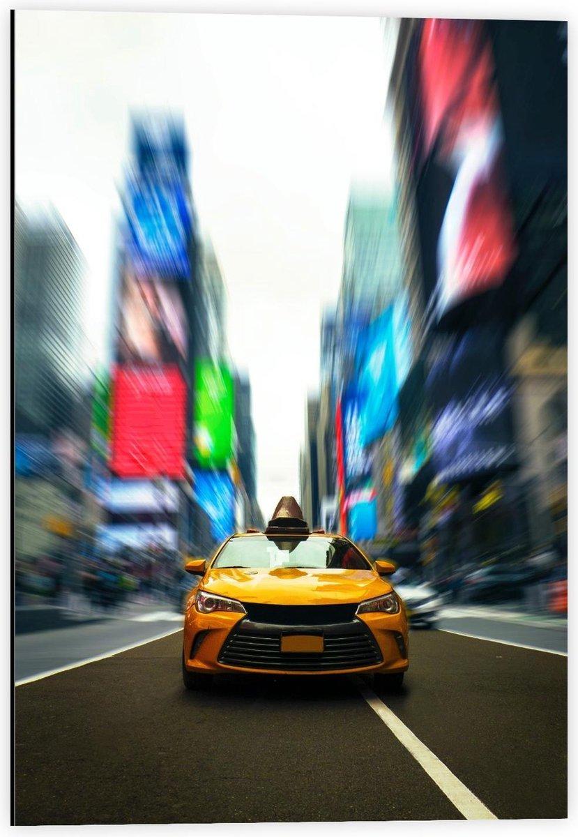 Dibond - Racende Gele Auto door Stad - 40x60cm Foto op Aluminium (Met Ophangsysteem)