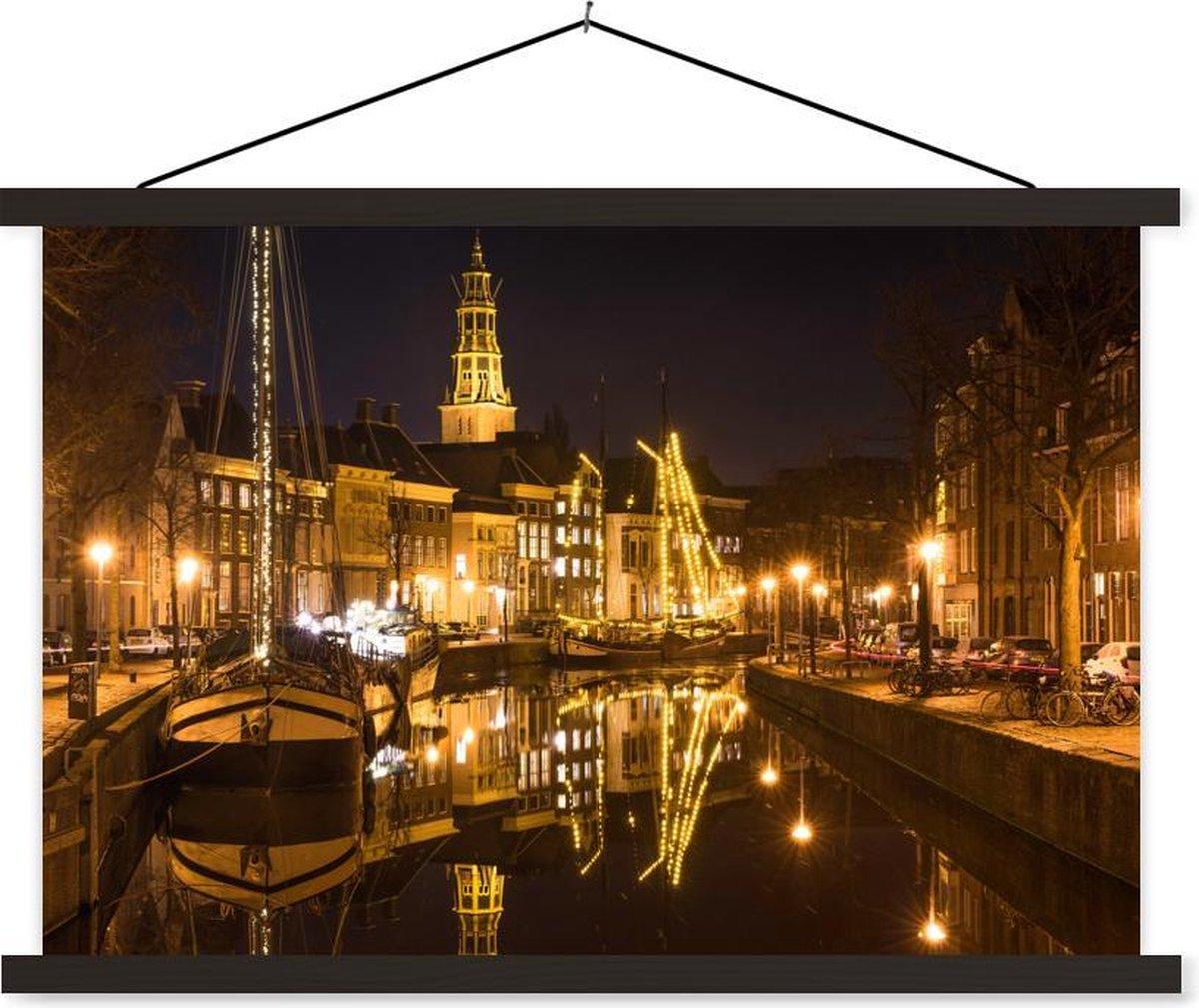 Avondlichten steken het kanaal in Groningen aan schoolplaat platte latten zwart 60x40 cm - Foto print op textielposter (wanddecoratie woonkamer/slaapkamer)