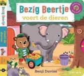 Bezig Beertje - Bezig Beertje voert de dieren