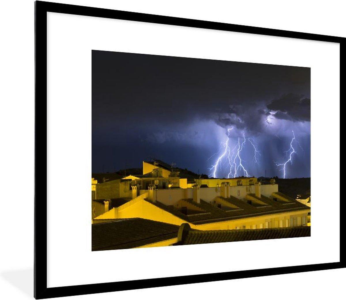 Foto in lijst - Onweersbui boven dubbelwoningen fotolijst 80x60 cm - Poster in lijst