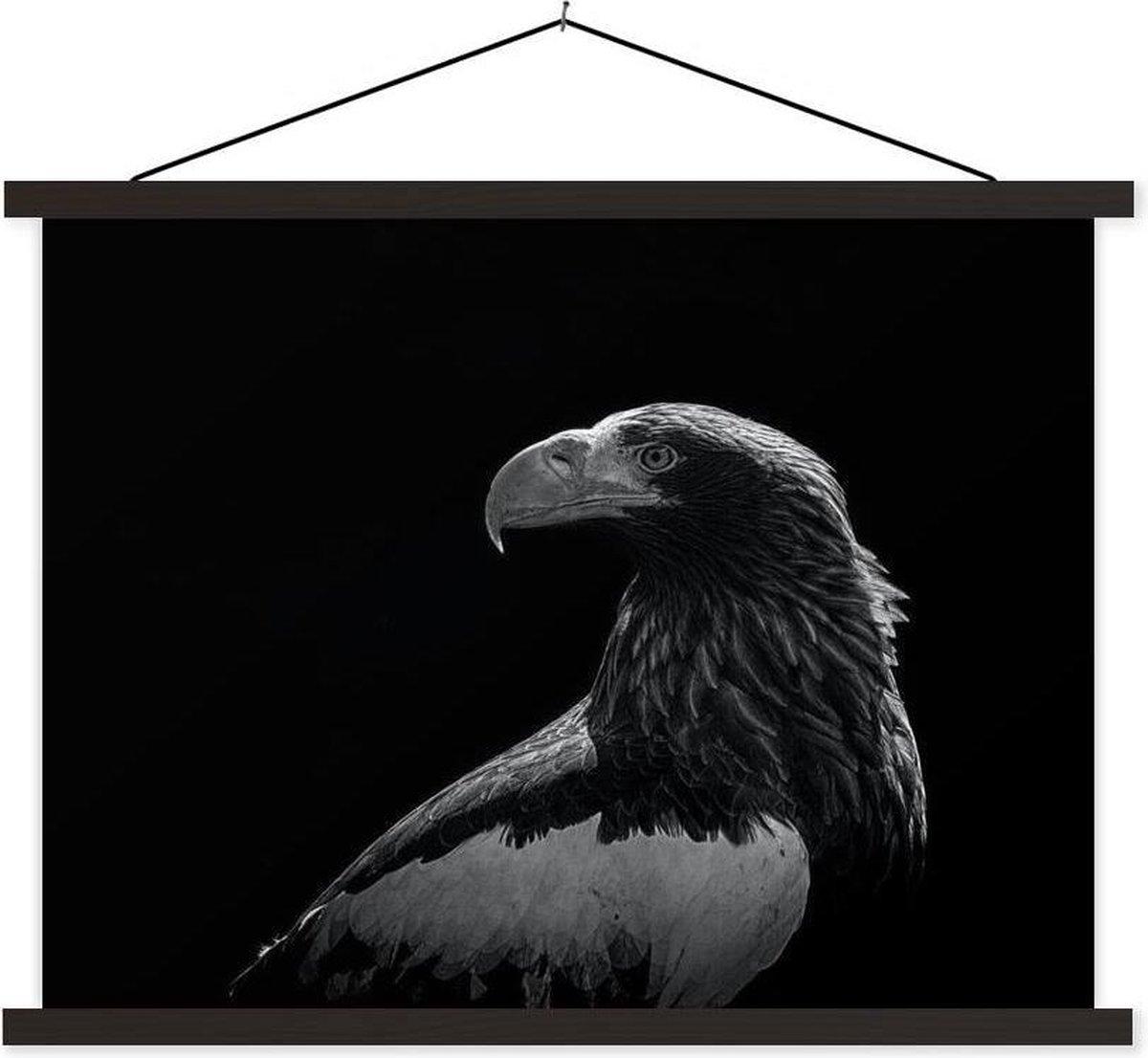 Close-up van een arend - zwart-wit textielposter latten zwart 60x45 cm - Foto print op schoolplaat (wanddecoratie woonkamer/slaapkamer)