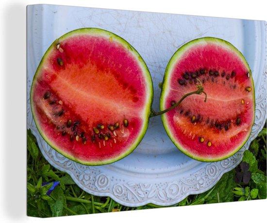 Twee watermeloenplakken op antieke plaat in de tuin Canvas 140x90 cm - Foto print op Canvas schilderij (Wanddecoratie woonkamer / slaapkamer)