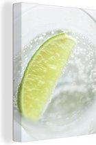 Glas gin tonic met een schijfje limoen Canvas 60x80 cm - Foto print op Canvas schilderij (Wanddecoratie woonkamer / slaapkamer)