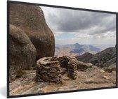 Foto in lijst - Uitzicht over het Nationaal park Andringitra vanaf een berg fotolijst zwart 60x40 cm - Poster in lijst (Wanddecoratie woonkamer / slaapkamer)