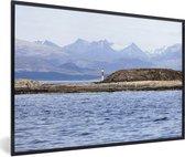 Foto in lijst - Vuurtoren op een eiland in het Beagle kanaal van het Nationaal park Tierra del Fuego fotolijst zwart 60x40 cm - Poster in lijst (Wanddecoratie woonkamer / slaapkamer)