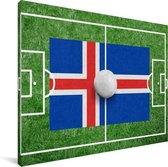 De vlag van IJsland op een voetbalveld Canvas 160x120 cm - Foto print op Canvas schilderij (Wanddecoratie woonkamer / slaapkamer) XXL / Groot formaat!