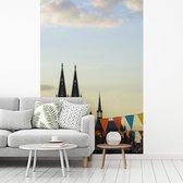 Fotobehang vinyl - Vlaggetjes voor de Dom van Keulen in Duitsland breedte 215 cm x hoogte 320 cm - Foto print op behang (in 7 formaten beschikbaar)