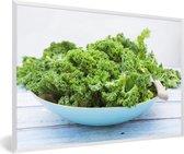 Foto in lijst - Organische boerenkool in een blauwe kom op hout fotolijst wit 60x40 cm - Poster in lijst (Wanddecoratie woonkamer / slaapkamer)