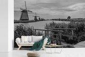 Zwart-wit foto van de Molens van Kinderdijk in Nederland fotobehang vinyl breedte 420 cm x hoogte 280 cm - Foto print op behang (in 7 formaten beschikbaar)