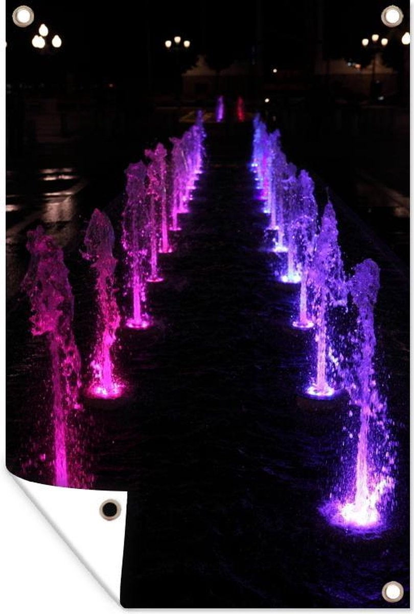 Tuinposter Fontein - Roze-paarse fontein 60x90 cm - Tuindoek/Buitencanvas/Schilderijen voor buiten (tuin decoratie)