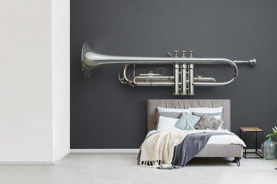 Fotobehang vinyl - Mooie zilveren trompet op een grijze achtergrond breedte 360 cm x hoogte 260 cm - Foto print op behang (in 7 formaten beschikbaar)