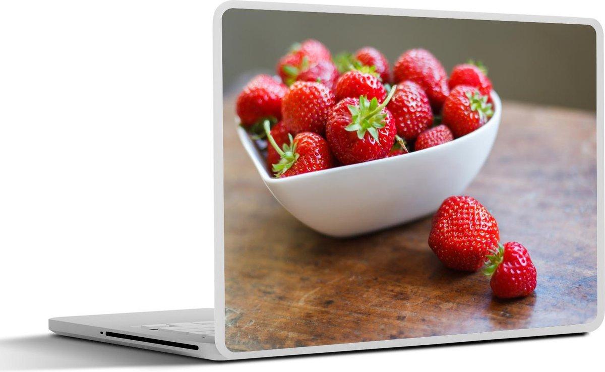 Laptop sticker - 12.3 inch - Hartvormige kom vol met aardbeien op houten tafel