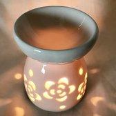 Oliebrander in wit keramiek met uitgesneden bloemen Aromabrander voor geurolie of wax smelt