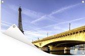 Prachtige brug en de Eiffeltoren net na de zonsopkomst Tuinposter 180x120 cm - Tuindoek / Buitencanvas / Schilderijen voor buiten (tuin decoratie) XXL / Groot formaat!