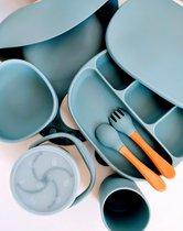 8-delige Siliconen-Kinderservies-babyservies-serviesset-Blauw-BPA vrij-borden-zuignap-kom-drinkbeker Kinderen-bestek-kinderserviesset-kinderbestek-slab-slabbetjes-snackbox-fruitbakje-geschenkdoos-luxe-strik-cadeaudoos-kraamcadeau-babyshower kado