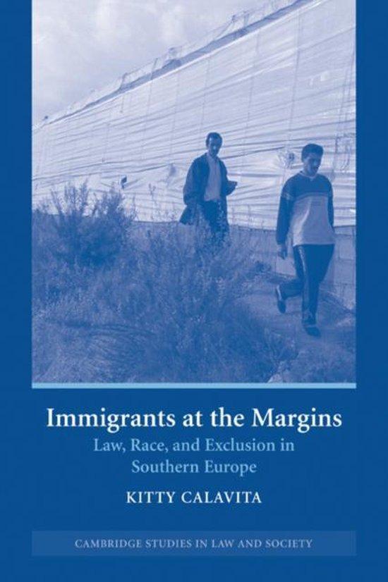 Boek cover Immigrants at the Margins van Calavita, Kitty (Paperback)