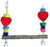Schommel met boomstammetje met blokken en kralen en twee houten hartjes